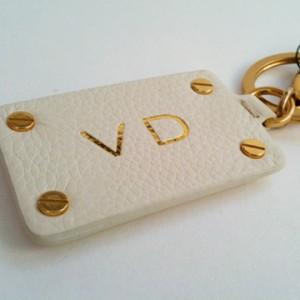 marquage à chaud d'initiales sur porte-clés